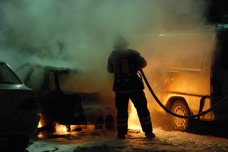 How do you use a car fire extinguisher?